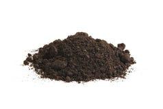 土壤腐植质堆,在白色背景 堆黑地球 库存照片