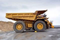 土壤,过重的负担的运输的耐用翻斗车和 库存图片