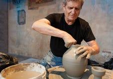 黏土大师在瓦器轮子的工作 免版税库存照片