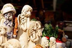 黏土天使和青蛙在工匠市场在里加 库存照片