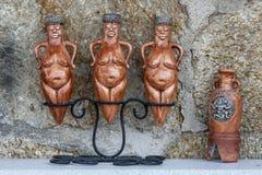 黏土小雕象纪念品待售在Urgup在卡帕多细亚地区在土耳其 免版税库存照片