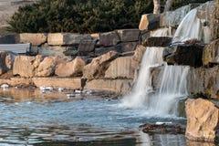 土尔沙,俄克拉何马- 2018年2月17日 耻辱的废弃物和残骸在城市公园污染一个水池 免版税库存照片
