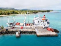 土布艾群岛和天蓝色的土耳其玉色盐水湖一张鸟瞰图  船Tuhaa Pae IV卸载在Mataura港的,土布艾群岛 免版税库存照片