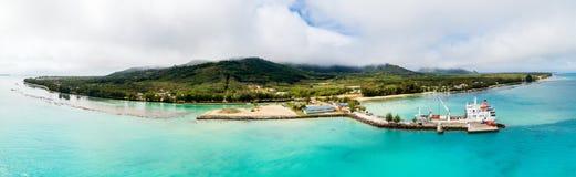 土布艾群岛和天蓝色的土耳其玉色盐水湖一张鸟瞰图  卸载在Mataura,南方的isl,法属玻里尼西亚港的船  库存照片
