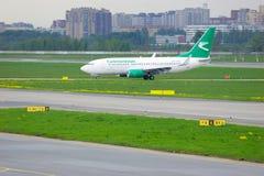 土库曼斯坦航空公司波音737-7GL航空器在普尔科沃国际机场在圣彼德堡,俄罗斯 免版税库存图片