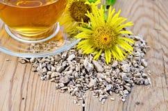 从土木香根的清凉茶与花的 免版税库存图片