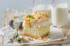 土气乳酪蛋糕由桃子和碎屑制成 免版税库存照片