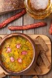 土气传统啤酒汤用莳萝油煎方型小面包片 库存照片