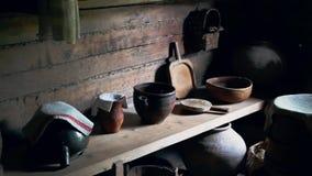 土气内部有古色古香的瓦器的厨房木房子根据微明 影视素材