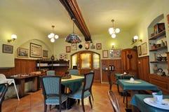 土气内部的餐馆 免版税库存照片