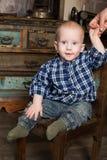 土气农村普罗旺斯的篮子的小男孩 免版税库存图片