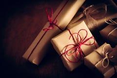 土气减速火箭的礼物,当前箱子 圣诞节时间, eco纸套 免版税库存图片