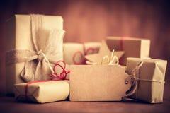 土气减速火箭的礼物,有标记的当前箱子 圣诞节时间, eco纸套 库存照片