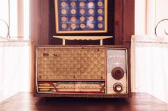 土气减速火箭的葡萄酒晶体管收音机乡间别墅内部骗局 免版税图库摄影