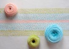 土气刺绣和桃红色,绿色,绿松石丝球背景 图库摄影