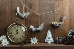 土气圣诞节手工制造织品鸟装饰和时钟 免版税库存照片