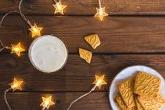 土气圣诞节背景用牛奶和曲奇饼对圣诞老人 复制空间 库存图片