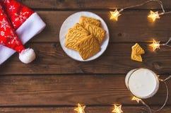 土气圣诞节背景用牛奶和曲奇饼对圣诞老人 复制空间 免版税库存图片
