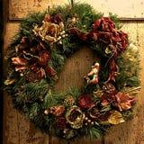土气圣诞节花圈 免版税库存图片