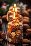 土气圣诞节蜡烛用香料和螺母 免版税库存图片