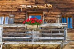 土气墙壁和窗口在一个高山小屋 免版税库存照片