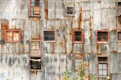 土气墙壁和Windows 免版税库存照片