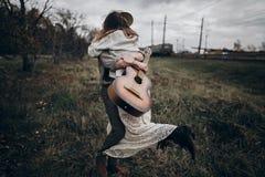 土气婚礼概念 有吉他跳舞的人与他的boho gy 免版税图库摄影