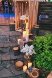土气婚礼装饰、装饰的台阶有废油坑的和淡紫色arra 库存图片