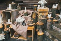 土气婚礼装饰、装饰的台阶有树桩的和淡紫色arr 库存照片