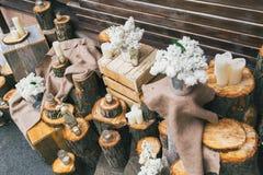 土气婚礼装饰、装饰的台阶有树桩的和淡紫色arr 库存图片
