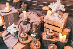 土气婚礼装饰、装饰的树桩和箱子有淡紫色arra的 免版税库存图片
