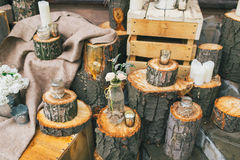 土气婚礼装饰,与玫瑰的装饰的树桩在瓶 库存照片