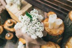 土气婚礼装饰,在树桩的淡紫色安排 库存照片
