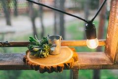 土气婚礼装饰,有多汁植物的装饰的木席子 免版税库存照片