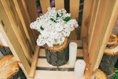 土气婚礼装饰,有淡紫色安排的装饰的箱子 免版税库存图片