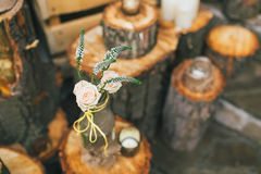 土气婚礼装饰,装饰的瓶与在树桩上升了 免版税库存照片