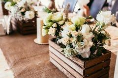 土气婚礼装饰 有花o花束的木箱  库存照片