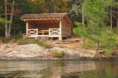 土气客舱的湖 库存图片