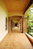 土气庭院的走廊 免版税库存图片