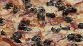土气意大利薄饼用意大利辣味香肠、无盐干酪和橄榄 股票录像