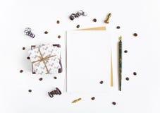 土气手工制造礼物和一封信件在用蛇纹石和咖啡豆装饰的白色背景 顶视图,平的位置 免版税图库摄影