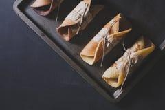 土气早餐用在黑板,平的位置的巧克力薄煎饼 免版税库存图片
