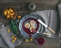 土气早餐集合 俄国乳酪在葡萄酒结块金属片用越橘果酱,新鲜的金桔,麝香草,装饰绳索a 免版税库存照片