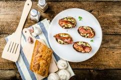 土气早餐-在多士,蘑菇,鸡蛋上添面包 免版税库存图片