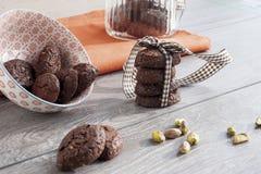 土气曲奇饼可可粉和开心果 免版税库存照片