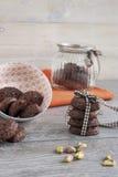 土气曲奇饼可可粉和开心果 库存图片