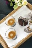 土气曲奇饼用可可粉和开心果在木盘子 免版税库存图片