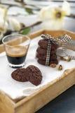土气曲奇饼用可可粉和开心果在木盘子 免版税库存照片