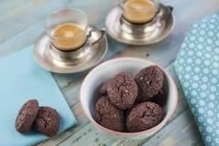 土气曲奇饼用巧克力和坚果在陶瓷碗 免版税库存图片