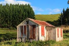 土气木和波状钢棚子 图库摄影